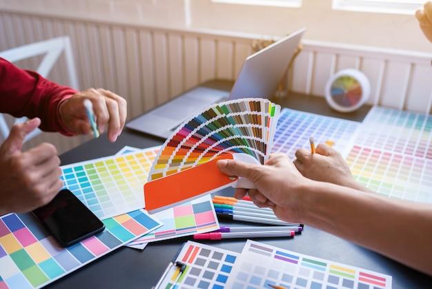 Künstlergruppe, die planungspartnerschaftsstrategie zu den mitarbeitern im kreativen büro gedanklich löst.