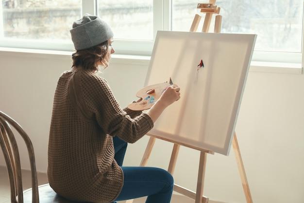 Künstlerin, die in der werkstatt malt