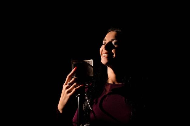 Künstlerin, die in einem aufnahmestudio singt.