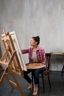 Künstlerin mit farbpalette
