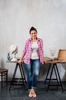 Künstlerin und skulptur