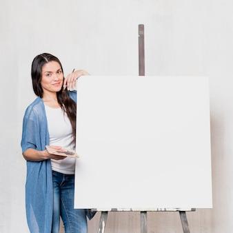 Künstlerin vor leinwand