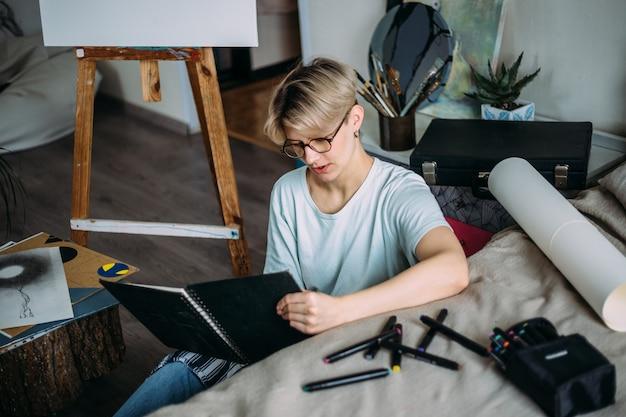 Künstlerin zeichnungsskizze künstlerin erstellt eine skizze