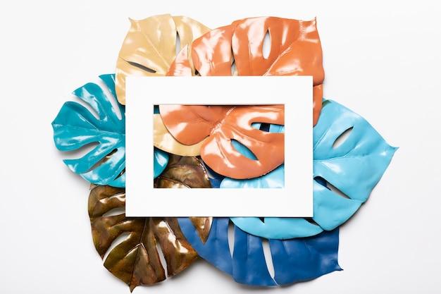 Künstlerische und bunte papierblätter auf tabelle