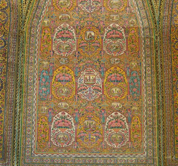 Künstlerische wandfliese der traditionellen iran-keramik mit einer verzierung