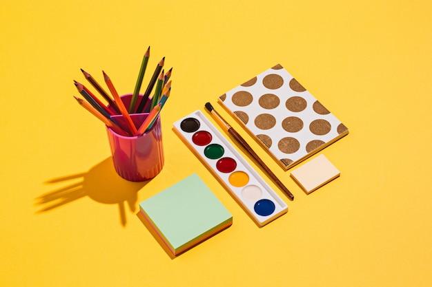 Künstlerische werkzeuge - pinsel, aquarellfarbe, notizbuch