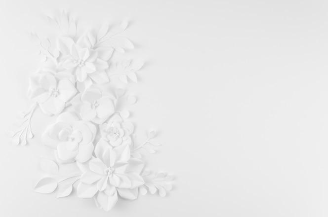 Künstlerischer blumenrahmen mit weißem hintergrund