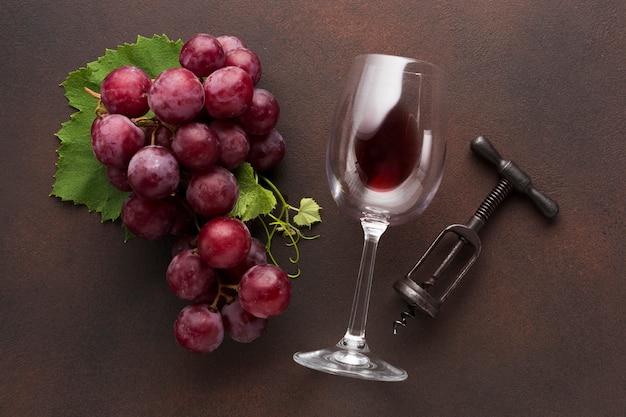 Künstlerischer rotwein mit korkenzieher