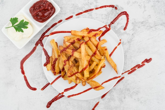 Künstlerischer teller mit pommes-frites