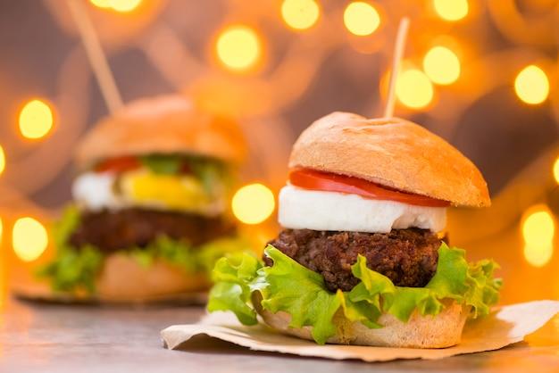 Künstlerisches foto des hamburgers mit bokeh