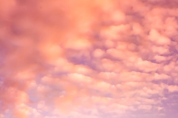 Künstlerisches foto des himmels mit wolken in rosa und orangefarbenen farben, abstraktes naturhintergrunddesign