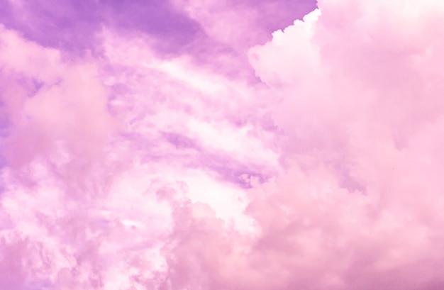 Künstlerisches foto des himmels mit wolken in rosa und weißen farben, abstraktes naturhintergrunddesign