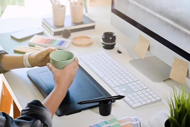 Künstlerkaffeezeit am kreativen arbeitsbereich
