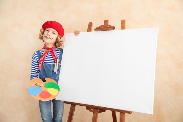 Künstlerkind, das das bild auf leinwand malt.