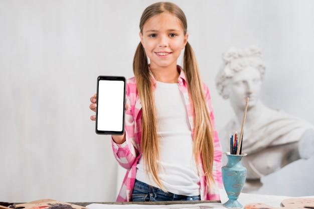 Künstlerkonzept mit dem mädchen, das smartphone zeigt