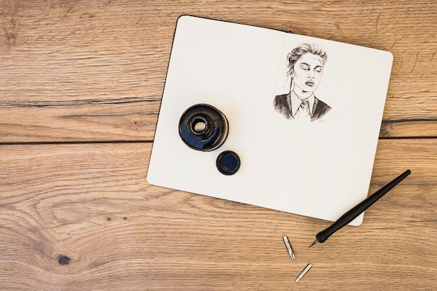 Künstlerkonzept mit notizbuch und bleistiften