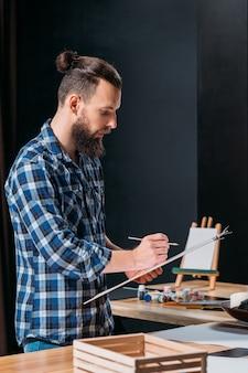 Künstlermalerei in seinem atelierarbeitsbereich
