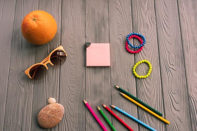 Künstlerstifte zur beschriftung. zubehör sonnenschutz spf pflege. sonnenbrille armbänder orange