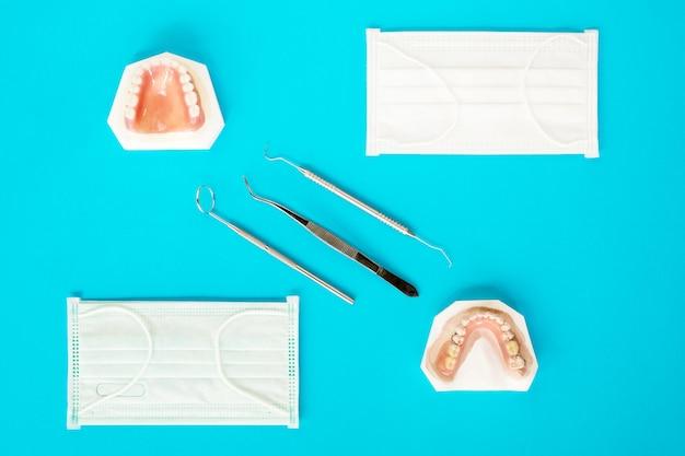 Künstliche herausnehmbare teilprothese oder temporäre teilprothese auf blauem grund