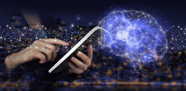 Künstliche intelligenz ki. digitales gehirn künstliche intelligenz. handberühren sie weiße tablette mit digitalem hologramm gehirnzeichen auf dunklem, unscharfem hintergrund der stadt. virtual-reality-technologie