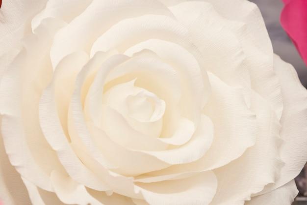 Künstliche papierblumen von hand gefertigt. wunderschönes dekor