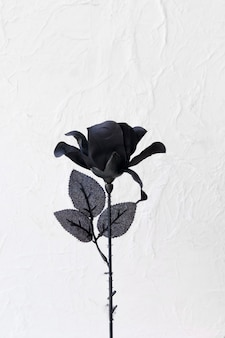 Künstliche rose mit schwarzen blütenblättern
