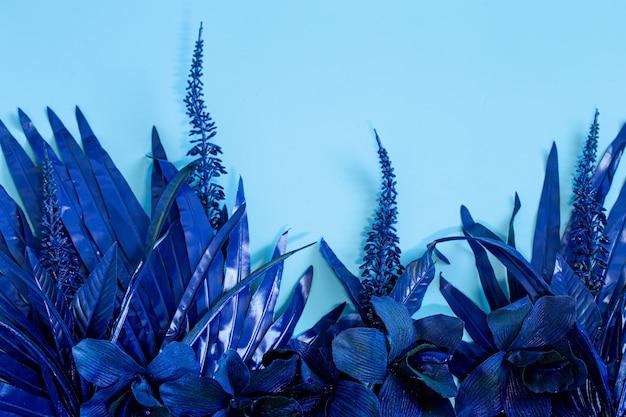 Künstliche tropische schöne blaue blüten und blätter.