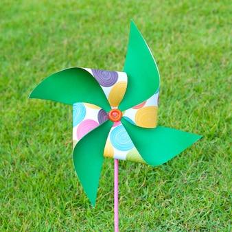 Künstliche windturbinenfarben auf dem rasen gestickt