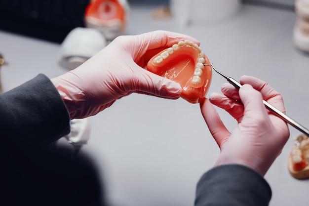 Künstlicher kiefer im büro des zahnarztes