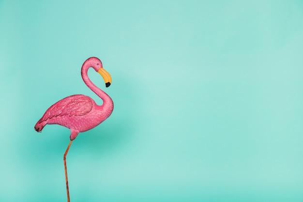 Künstlicher rosa plastikflamingo
