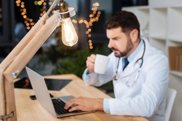 Künstliches licht. selektiver fokus einer glühbirne, die spät in der arztpraxis schön leuchtet