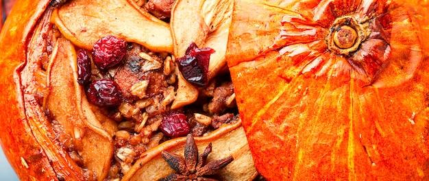 Kürbis gebacken mit müsli und getrockneten früchten. herbstdessert. lebensmittelhintergrund