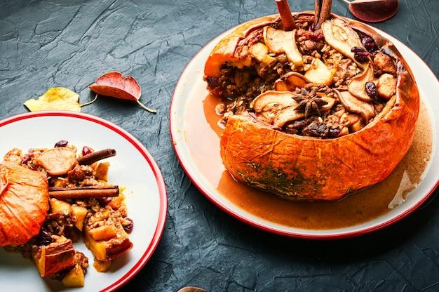 Kürbis gebacken mit müsli und trockenfrüchten.herbstdessert.amerikanisches essen