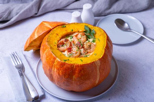 Kürbis gefüllt mit garnelen und käse, ganz gebacken. traditionelles brasilianisches gericht.