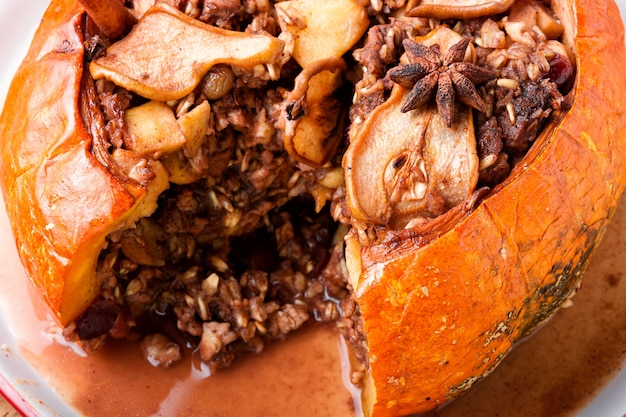 Kürbis gefüllt mit müsli und trockenfrüchten. beliebter herbstdessert.