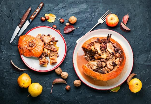 Kürbis gefüllt mit müsli und trockenfrüchten.beliebtes herbstdessert.textfreiraum