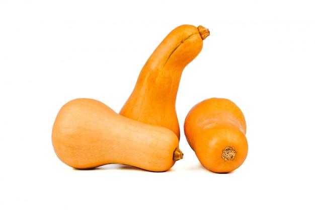 Kürbis getrennt auf einem weiß. süßer birnenförmiger kürbis mit drei orangen
