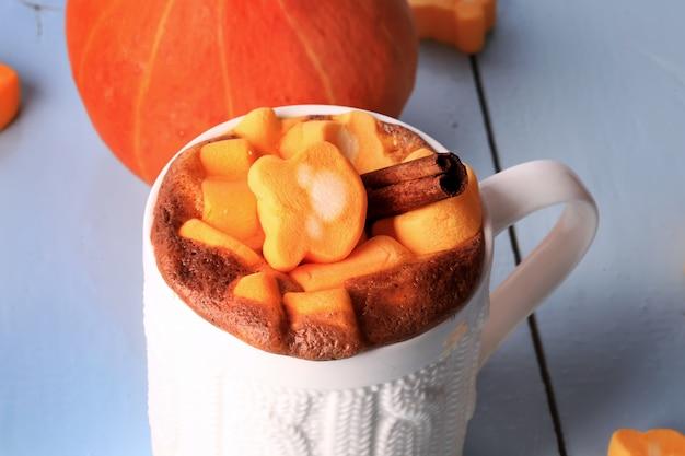 Kürbis gewürzter latte smoothie mit heißem getränk des eibischherbstwinters
