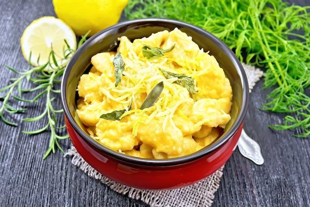 Kürbis-gnocchi mit salbei, zitrone, käse und butter in einer schüssel