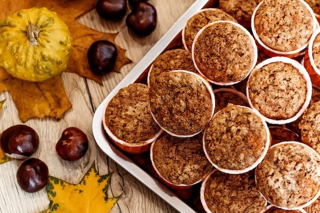 Kürbis-karotten-cupcakes. gesundes herbstgebäck. cafe-konzept, menü.