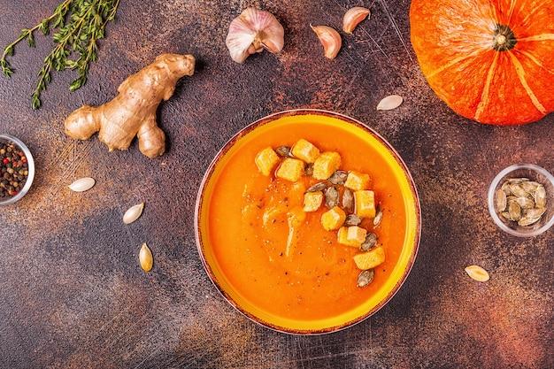 Kürbis-karotten-suppe mit samen serviert