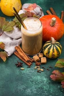 Kürbis latte in einem glas. traditionelles heißes herbstgetränk