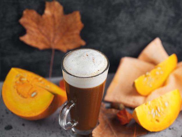 Kürbis latte mit gewürzen. herbst und winter heißes getränk. hausgemacht