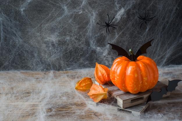 Kürbis mit fledermäusen und spinnen für halloween, copyspace