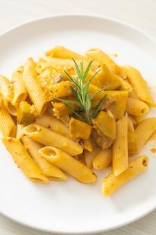 Kürbis penne pasta alfredo sauce - vegane und vegetarische küche