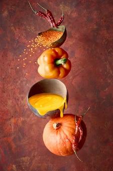 Kürbis-, pfeffer- und linsensuppe und ihre zutaten, gleichgewicht