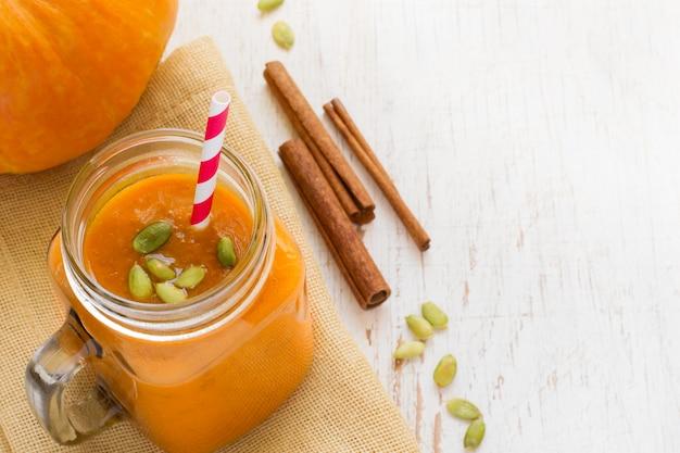 Kürbis-smoothies mit zimt im glas
