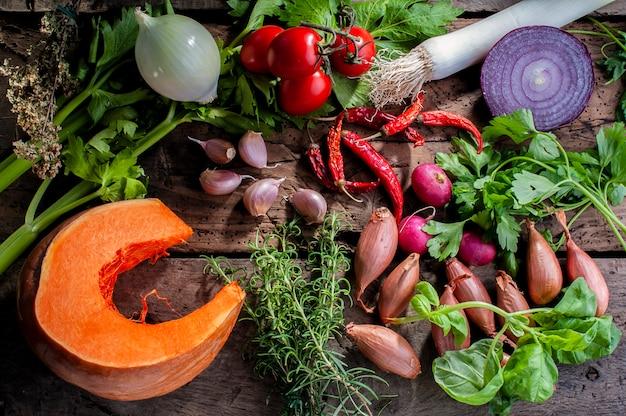 Kürbis- und gemüsezutaten für herbstliche suppe