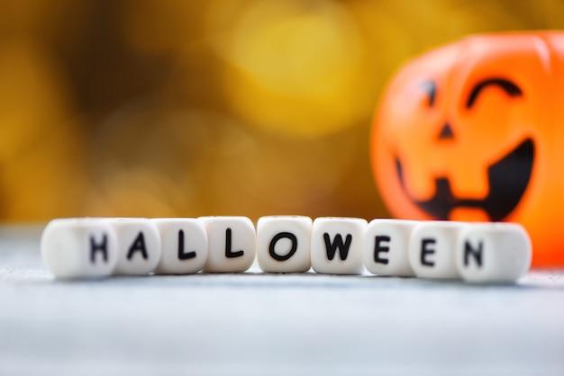 Kürbis und halloween buchstaben