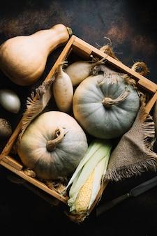 Kürbis und mais in einem hölzernen korb